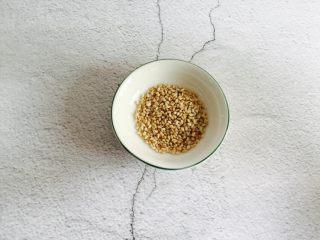 糖醋里脊+酸甜可口,熟白芝麻