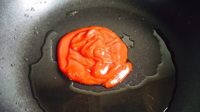 糖醋里脊+酸甜可口,倒入番茄酱