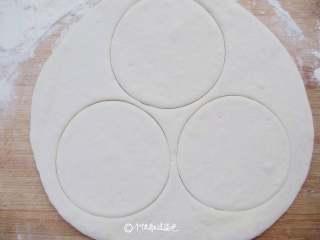荷叶饼,用模具压出圆形,可以用碗、杯子压出圆形面片,去掉边缘多余的面片,撒一点面粉防粘。边角料与剩下的面团揉和,为下一轮荷叶饼做准备
