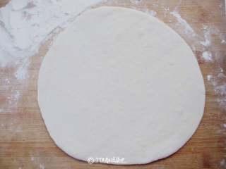 荷叶饼,取出面团按压排气,在面团上依然撒少许面粉,擀成1mm左右厚度的面片