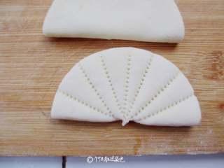 荷叶饼,然后用梳子压出如图所示就可以。最后在稍微捏一下。我用的是一把新梳子,刷洗干净后再用哦!