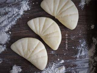 荷叶饼,这种面食用来搭贴秋膘的大荤真的是相当相当巴适