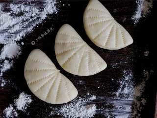 荷叶饼,如果你不喜欢肉夹馍的油腻,那你定要尝尝这款荷叶饼,做法也非常简单哦!