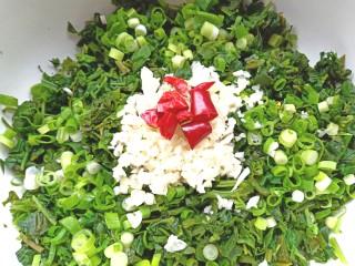 凉拌灰灰菜,碗中放入葱,蒜,干辣椒段