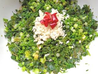 凉拌灰灰菜,在加入少许盐,生抽,醋,香油