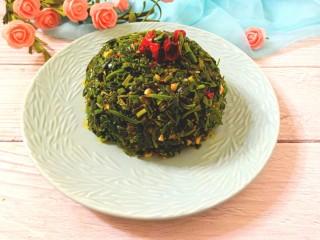 凉拌灰灰菜,装碗后,在扣入盘中,酸辣爽口,鲜嫩美味的凉拌灰灰菜超好吃。