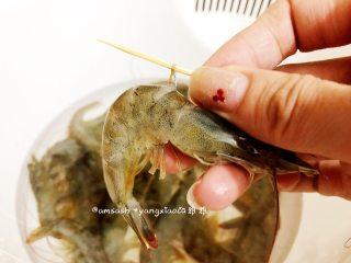 意大利风味烤虾,用牙签从虾头或者虾尾开始的倒数第二节横穿过去,然后轻轻的往外挑,然后虾肠就能很轻松的拉出来啦