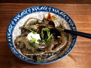 意大利风味烤虾,把生抽,蚝油,盐,意大利风味调料,还有迷迭香都放入碗中