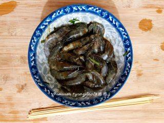 意大利风味烤虾,腌制好的虾从冰箱中取出来,竹签用水泡一下