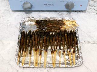 意大利风味烤虾,把串好的虾都摆放在烤盘中