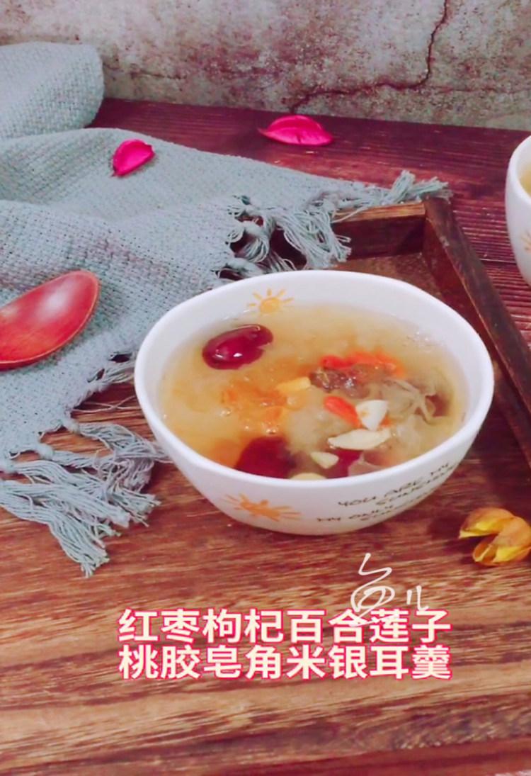 红枣枸杞百合莲子桃胶皂角米银耳羹