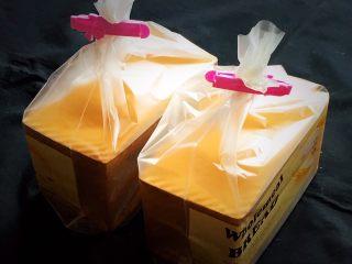 原味双吐司,冷却后装入吐司袋中保存。