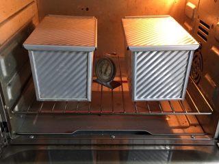 原味双吐司,烤箱预热至190度,烤制40分钟。