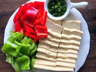 炒脆皮豆腐,豆腐切块、青红辣椒切段、蒜切碎