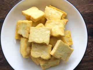 炒脆皮豆腐,捞出备用