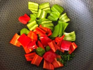 炒脆皮豆腐,起锅烧油放入蒜末葱翻炒之后加入青红辣椒。