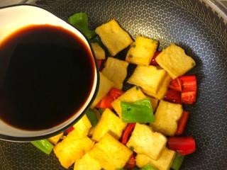 炒脆皮豆腐,倒入调好的酱汁