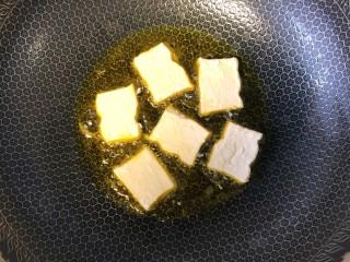 炒脆皮豆腐,起锅烧油,放入豆腐