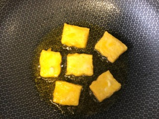 炒脆皮豆腐,煎至两面金黄