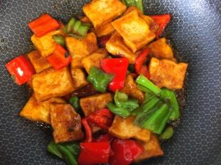 炒脆皮豆腐,翻炒至入味,大火收汁即可出锅。