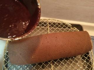 脆皮巧克力蛋糕卷,把蛋糕纸从冰箱拿出来后倒入巧克力液