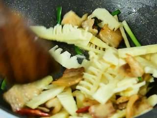 笋和肉真的是绝配,无论炒还是炖都那么好吃,倒入春笋大火炒1分钟,再加盐、糖、生抽、老抽炒匀。