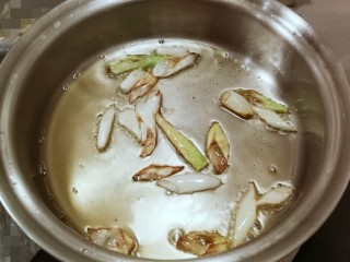 葱姜烹蛏子,炸至葱白焦黄 葱油就做好了