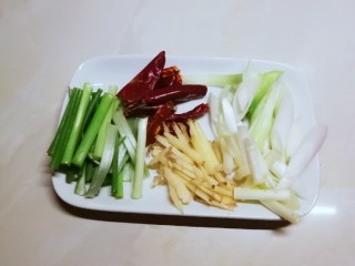 葱姜烹蛏子,姜切丝 葱切寸段  干辣椒准备好