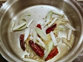 葱姜烹蛏子,炒出香味