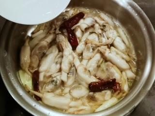 葱姜烹蛏子,烹入白酒