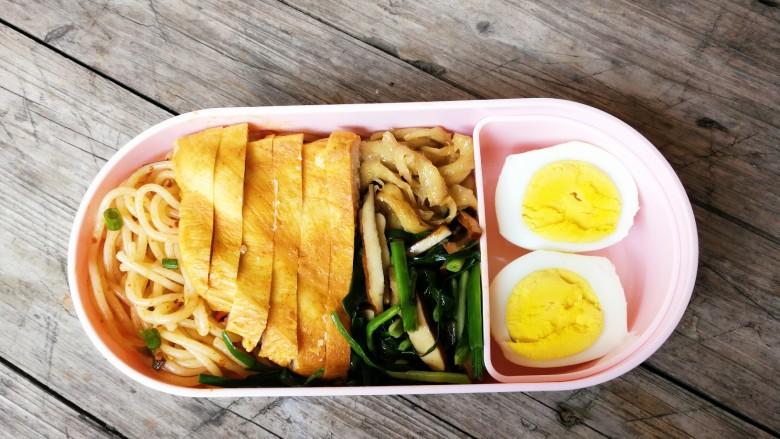 上班族美味营养减脂便当,将凉拌米粉,鸡脯肉,青蒜香干,糖醋面筋,鸡蛋装入一层便当盒