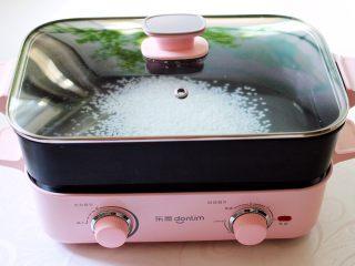 双色红薯糯米粥,盖上锅盖大火煮沸后。