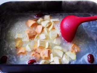 双色红薯糯米粥,放入切块的双色红薯。