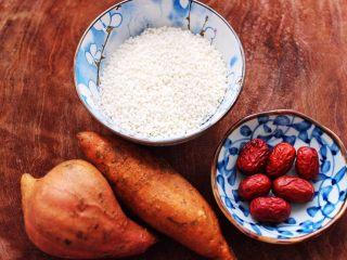 双色红薯糯米粥,首先备齐所有的食材,红枣提前浸泡一会儿。