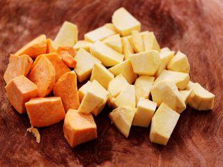 双色红薯糯米粥,把双色红薯去皮洗净后,用刀切成滚刀块。