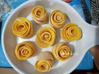 南瓜玫瑰花馒头,中间的花心用小剪刀剪开。花片可以整理的打开多一些,也可以不整理。做了八个玫瑰花。