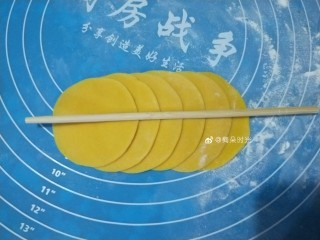南瓜玫瑰花馒头,六个饺子皮为一组,像图中这样重叠起来,用筷子在中间压一下