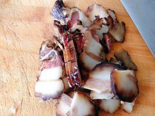 杏鲍菇炒腊肉,切片备用