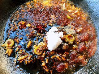 红烧海鳗,放入料酒、一品鲜酱油、蚝油、糖