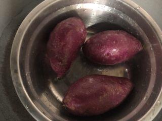 紫薯甜饼,紫薯洗净下锅大火蒸20分钟