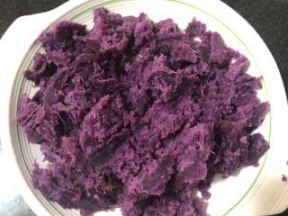紫薯甜饼,蒸好的紫薯去皮压成泥状