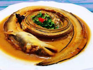 红烧海鳗,鲜美可口的红烧海鳗装入容器中撒上香菜和红辣椒即可享用
