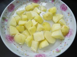 咖喱土豆鸡丁,土豆去皮切块泡水备用