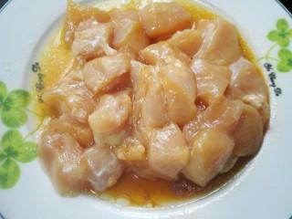 咖喱土豆鸡丁,用适量生粉抓匀后腌制十五分钟