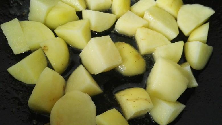 咖喱土豆鸡丁,锅内放油烧热将土豆煎熟