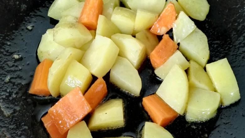 咖喱土豆鸡丁,然后放入胡萝卜一同翻炒