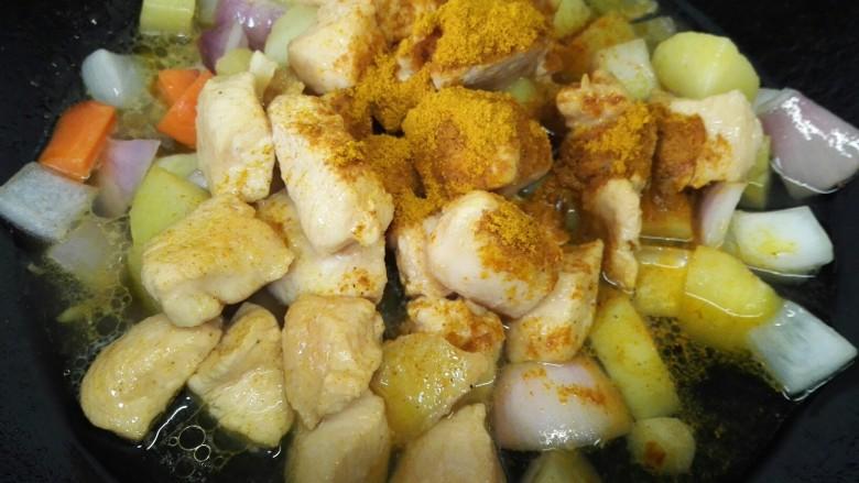 咖喱土豆鸡丁,加入适量咖喱粉和水开始炖煮(也可以加入咖喱块那样味道更好)