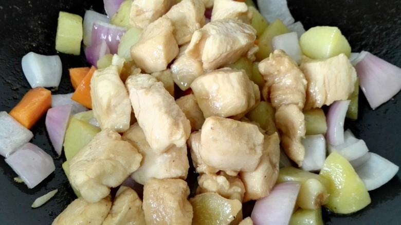 咖喱土豆鸡丁,加入之前炒好的鸡丁
