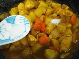 咖喱土豆鸡丁,煮一会之后加入适量盐、生抽、白糖调味