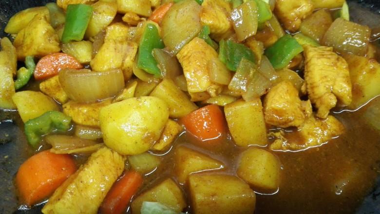 咖喱土豆鸡丁,最后加入青椒翻炒致断生即可出锅